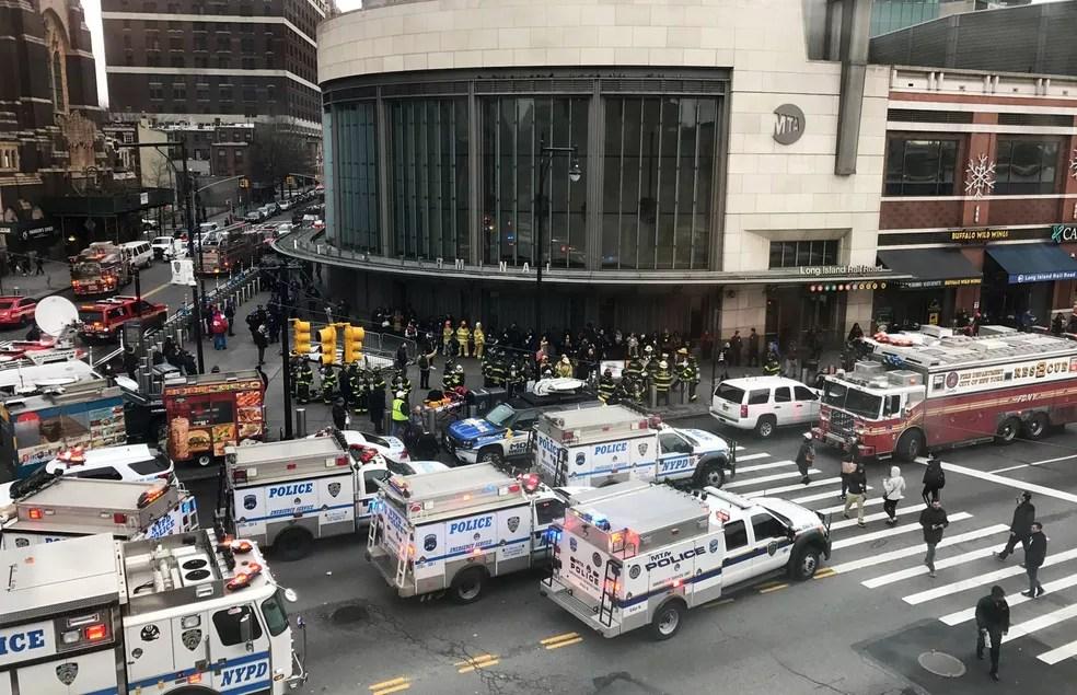 Veículos de emergência são vistos perto do terminal onde ocorreu o descarrilamento (Foto: Jonathan Oatis/Reuters)
