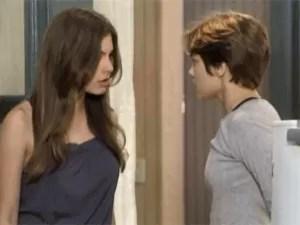 Bianca coloca Karina contra a parede (Foto: Malhação / TV Globo)