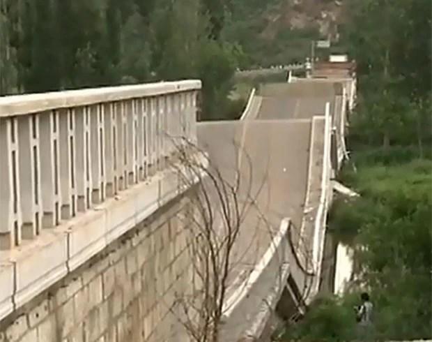 Muitos acreditam que a ponte desabou em julho de 2011 devido à construção e manutenção de má qualidade (Foto: Reprodução/Daily Motion/NTDTelevision)