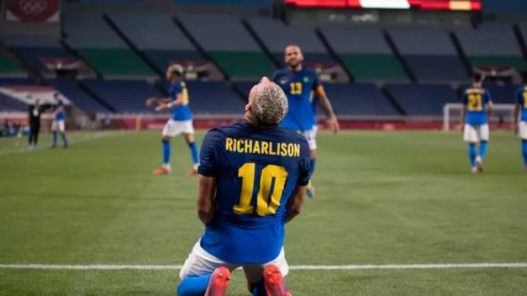 Richarlison comemora o gol pela seleção brasileira. Daniel Alves observa.