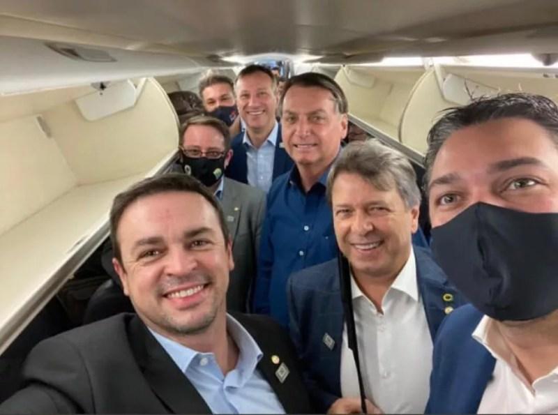 Bolsonaro com outros políticos dentro do avião. Grupo está próximo, e muitos não estão de máscara — Foto: Reprodução/@deputadosanderson/Instagram