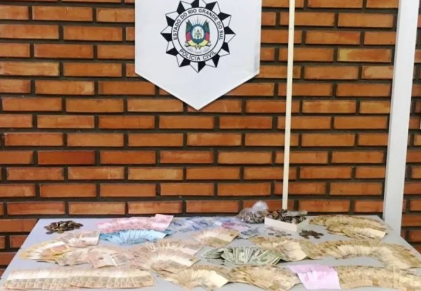 Parte da quantia foi entregue pelo suspeito à polícia e o restante foi encontrado escondido no apartamento (Foto: Polícia Civil/Divulgação)