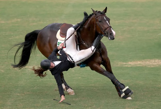 Ieda Guimarães sofre tombo do cavalo durante prova de hipismo — Foto: REUTERS/Ivan Alvarado