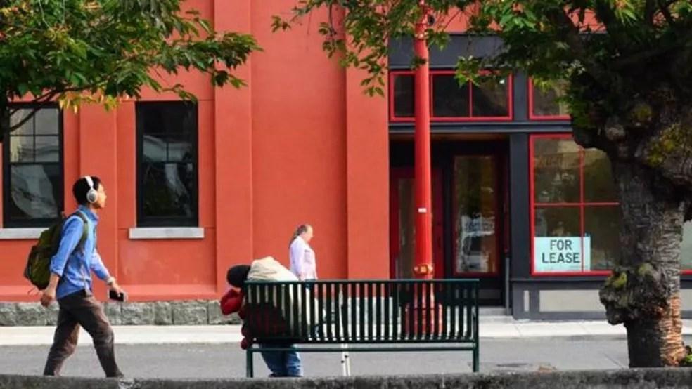 Portland é outra cidade que vê suas ruas cada vez mais cheias de pessoas sem teto — Foto: BBC