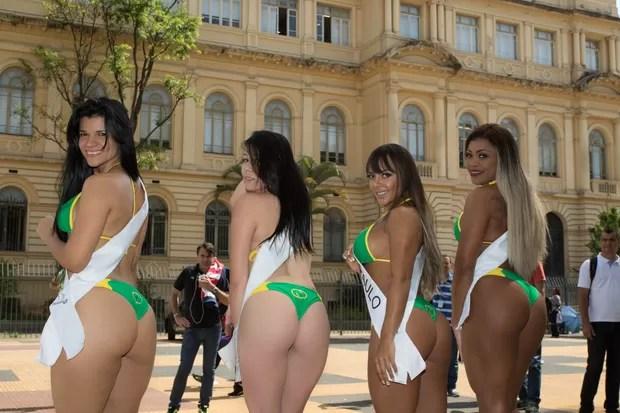 Candidatas a Miss Bumbum param o transito para pedir votos (Foto: Marcelo Brammer / Studio Brammer)