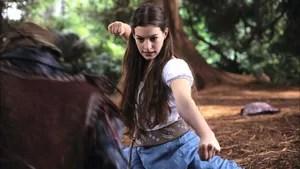 Ella ganha um insólito presente de sua madrinha Lucinda: o dom da obediência, sendo obrigada a fazer tudo o que as pessoas mandam. Quando seu pai se casa novamente, sua madrasta e as filhas dela, tornam sua vida impossível. Decidida a mudar de vida, Ella sai de casa e inicia uma viagem para reencontrar sua madrinha, pois apenas ela pode desfazer o feitiço. No caminho Ella encontra o Elfo Slannen e o príncipe Char, por quem se apaixona.