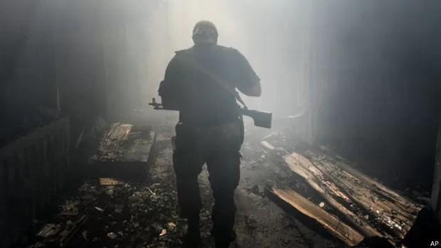 Há cinco meses, os grupos pró-Rússia lutam pela independência de parte do leste do país (Foto: AP)