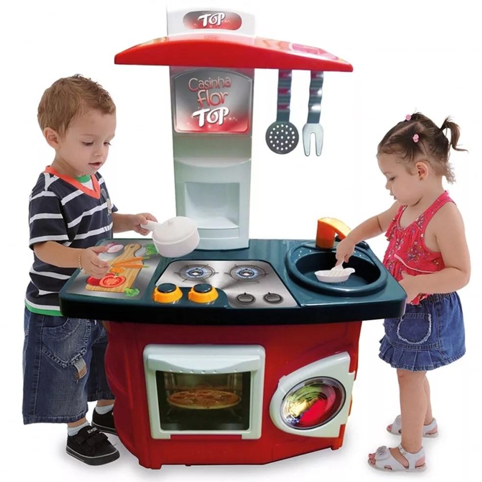 Cozinha 'unissex' lançada pela Xalingo Brinquedos em 2016, impulsionada pela demanda por igualdade, a tendência da alimentação saudável e a moda dos programas de culinária: sem rosa, detalhes masculinos e 'gourmet', e a primeira vez que a empresa incluiu a imagem de um menino na embalagem de um brinquedo de cozinha (Foto: Divulgação/Xalingo Brinquedos)