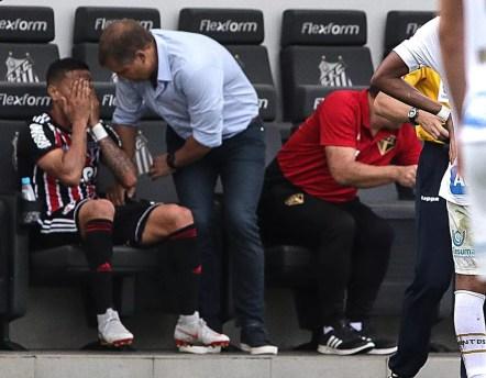 Everton é consolado por Diego Aguirre no banco da Vila Belmiro — Foto: Rubens Chiri / saopaulofc.net