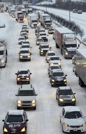 Moradores de Durham tentam deixar a cidade e lotam a rodovia interestadual 85 nesta quarta-feira (12). (Foto: Sara D. Davis/Getty Images/AFP)