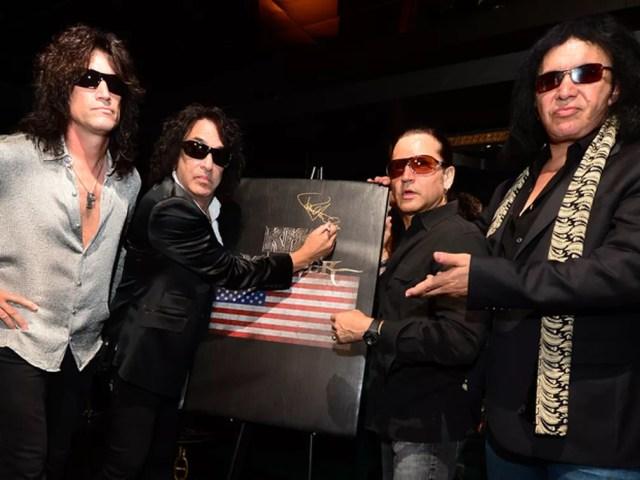 Integrantes da banda Kiss em coletiva na Califórnia. Gene Simmons é o último à direita (Foto: Frederic J. Brown/AFP)