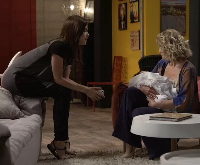 As duas conversam e Soraya cuida de Maria (Foto: TV Globo)