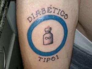 O estudante João Francisco Fink desenhou um frasco de insulina em seu braço (Foto: João Francisco Fink/Arquivo Pessoal)