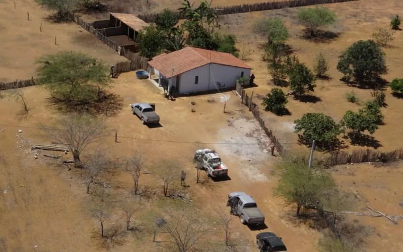 Imagem aérea da chegada dos policiais no terreno onde a maconha era plantada, na Bahia (Foto: Divulgação/Polícia Federal)