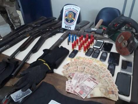 Material apreendido durante perseguição policial em Jucati (Foto: Polícia Militar/Divulgação)