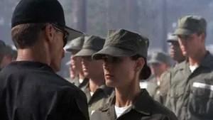 Após a pressão de uma senadora com ideias aparentemente feministas, uma oficial torna-se a única mulher em um grupo de elite da Marinha Americana e no treinamento terá que provar que pode suportar semanas de tortura física e emocional.