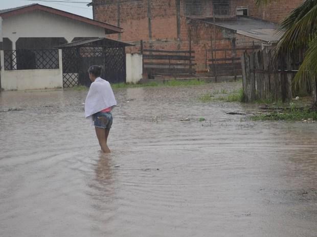 Alguns moradores decidiram caminhar mesmo com a água na altura do joelho (Foto: Dyepeson Martins/G1)