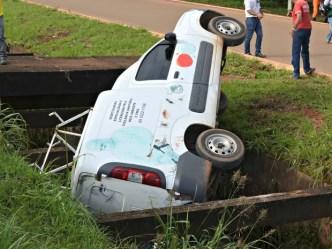 Veículo pertence a uma empresa que realiza serviço de dedetização (Foto: Aline Lopes/G1)