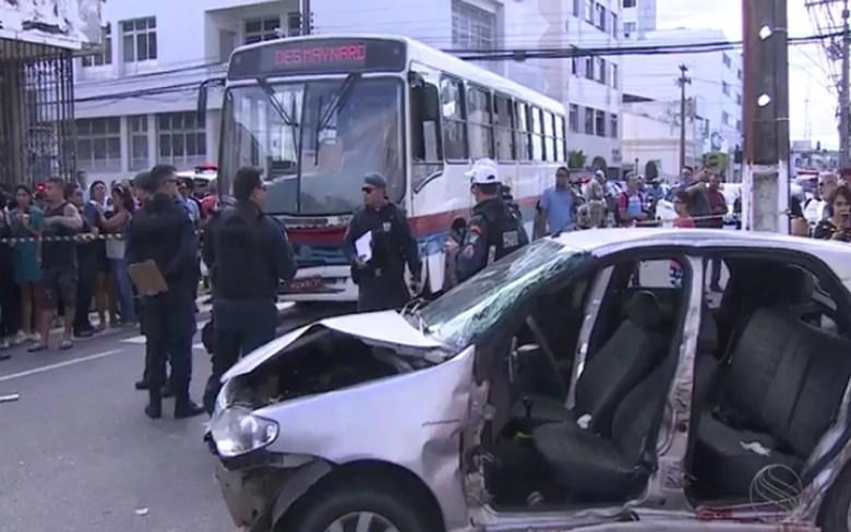 Veiculo onde a cantora e o marido estavam bateu em um ônibus. (Foto: Reprodução TVSergipe)
