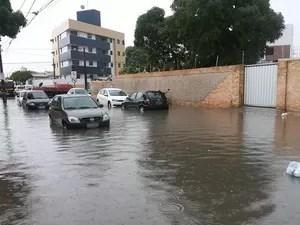 Ruas no bairro do Bancários fiacaram alagadas e o trânsito ficou lento (Foto: Frederico Martins/G1)