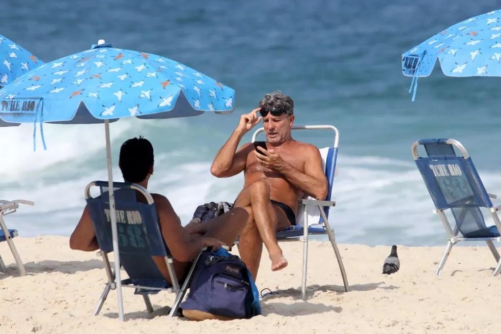 Renato Gaúcho curte dia na praia — Foto: JC PEREIRA/ AGNEWS