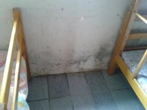 O espaço onde ficam as camas apresenta infiltrações nas paredes. (Foto: Carolina Sanches/G1)