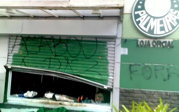 protesto loja palmeiras incêndio  (Foto: Catia Toffoletto  / CBN)