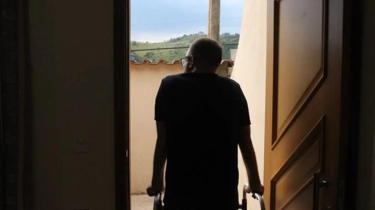 Biólogo de Sorocaba agora consegue caminhar com ajuda de andador (Foto: Carlos Dias/G1)
