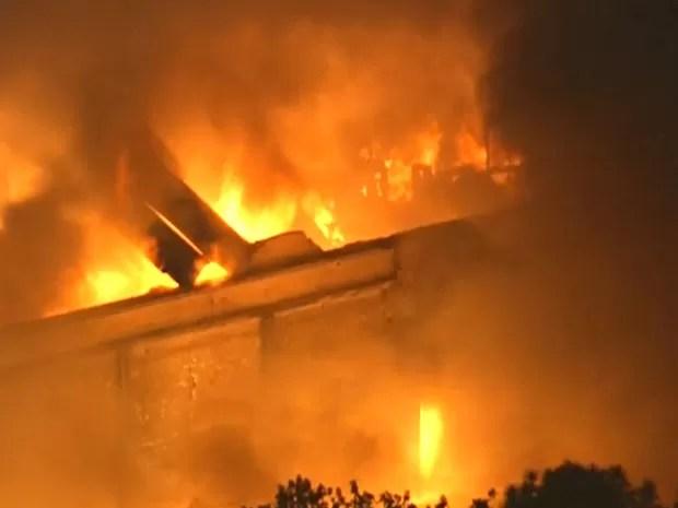 Por volta das 20h, incêndio mobilizava 12 equipes (Foto: Reprodução/ TV Globo)
