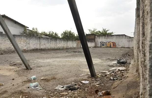 Lote da Rua 57, no Centro de Goiânia, foi um dos locais contaminados pelo césio-137 e até hoje segue inabitado (Foto: Adriano Zago/G1)