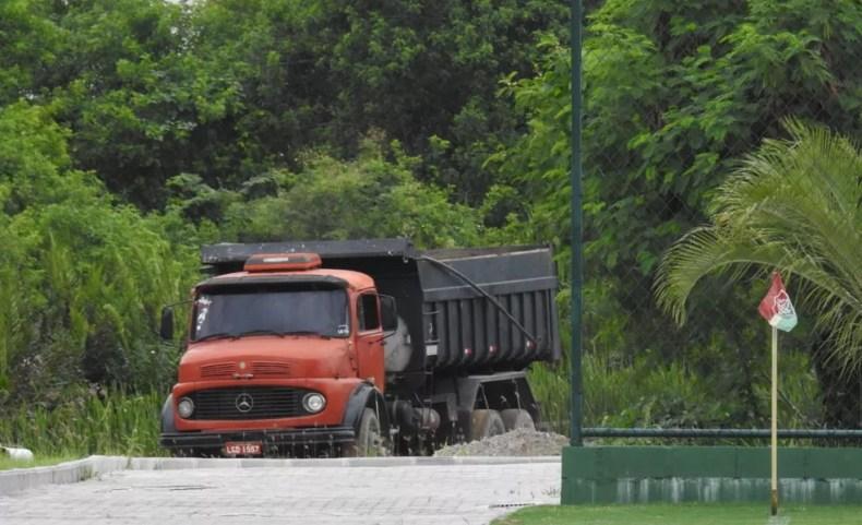 Caminhão usado para levar areia à futura rua (Foto: Hector Werlang)