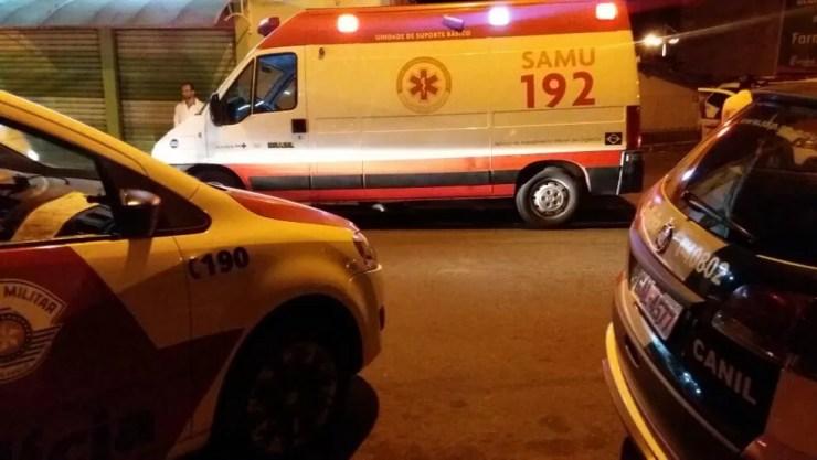 Corpo foi levado para o IML para averiguar a causa da morte (Foto: Jorge Silva/Gazeta de Votorantim)