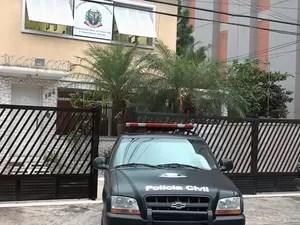 Investigador preso em Mongaguá, SP, foi levado para a Corregedoria da Polícia Civil em Santos (Foto: Reprodução/TV Tribuna)