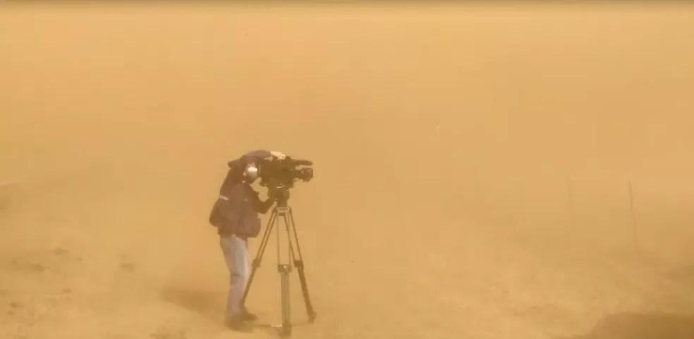 Nuvem de poeira atinge Santo Antonio do Aracanguá  — Foto: Rafael Honorato/TV TEM