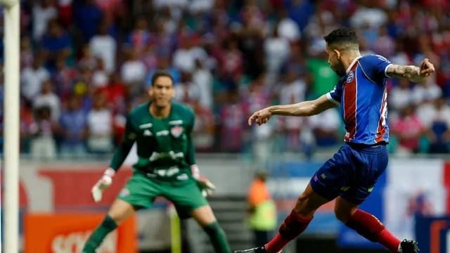 Flávio chuta para defesa de Ronaldo em partida do Bahia contra o Vitória