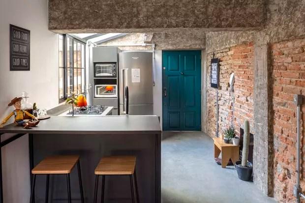 Um apartamento pequeno com estilo industrial em Porto