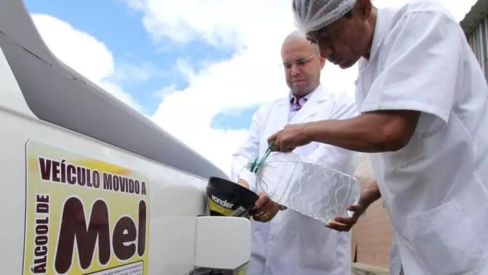 Apicultor usa etanol produzido à base de mel em seus veículos (Foto: Mário Bittencourt / BBC)