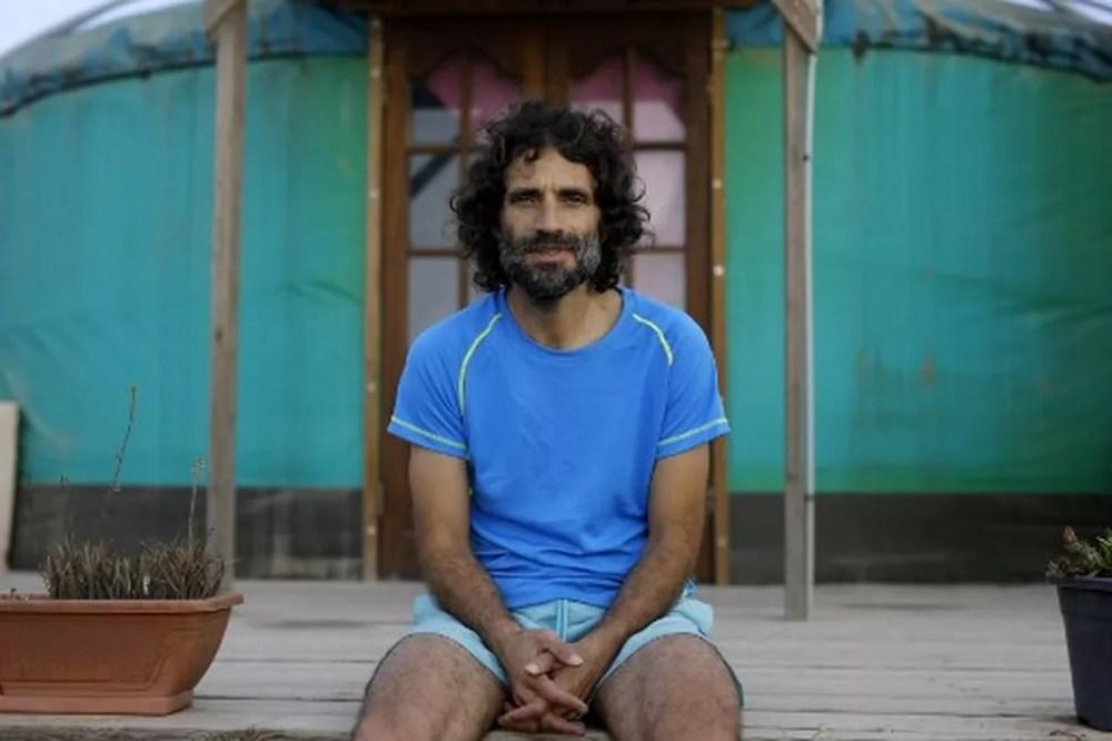 Nachum Pachenick no jardim de sua casa, em Sde Boaz — Foto: Menahem Kahana/AFP