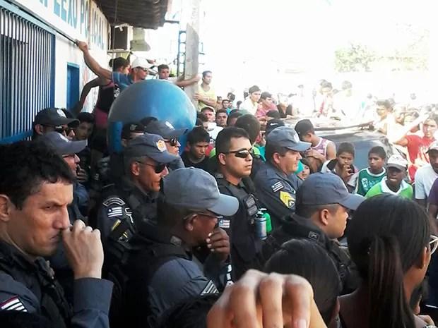 Policiais em frente à delegacia em Centro do Guilherme (Foto: Divulgação/ Leonardo Ferreira)