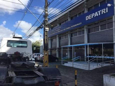 Departamento de Repressão aos Crimes Patrimoniais (Depatri), no Recife, recebe parte dos presos na Operação Fidúcia (Foto: Mônica Silveira/TV Globo)