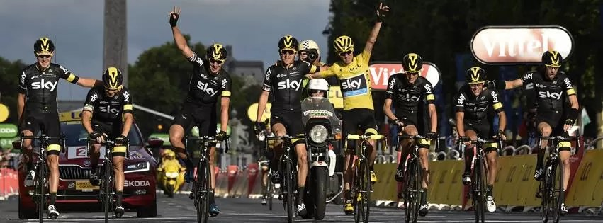 Equipe Sky comemorando o bicampeonato de Froome no Tour