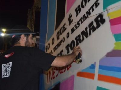 João Naccarato (foto) produziu painel com ajuda de assistente de arte no festival.  (Foto: Fernanda Testa/G1)
