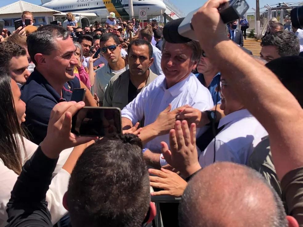 Bolsonaro cumprimentou apoiadores no aeroporto de Chapecó nesta sexta-feira  — Foto: Letícia Ferrari/NSC TV