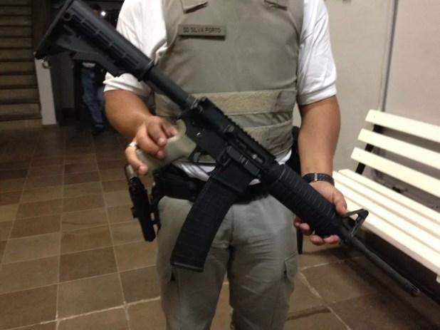 PM mostra fuzil apreendido no bairro Restinga (Foto: Estêvão Pires/RBS TV)