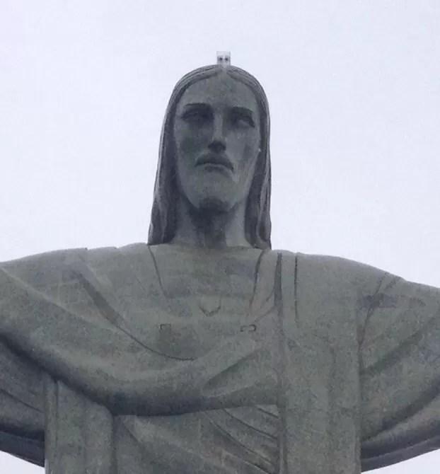 Câmera na cabeça do Cristo vai tirar fotos de turistas do alto (Foto: Guilherme Brito/G1)