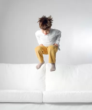 TDAH; menino; pulando; brincando (Foto: Shutterstock)