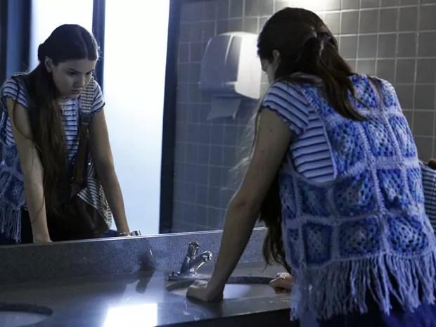 Arlete se sente humilhada ao chegar na escola (Foto: Inácio Moraes/ Gshow)