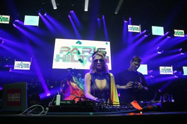 Paris Hilton se apresenta como Dj em Salvador (Foto: Deividi Correa/AgNews)