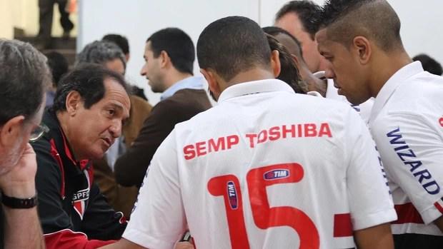 Muricy passa instruções aos jogadores do São Paulo (Foto: Rubens Chiri / saopaulofc.net)