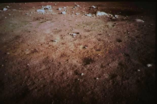 Solo da Lua é fotografado pela sonda chinesa após o pouso (Foto: Wang Jianmin/Xinhua/AP)
